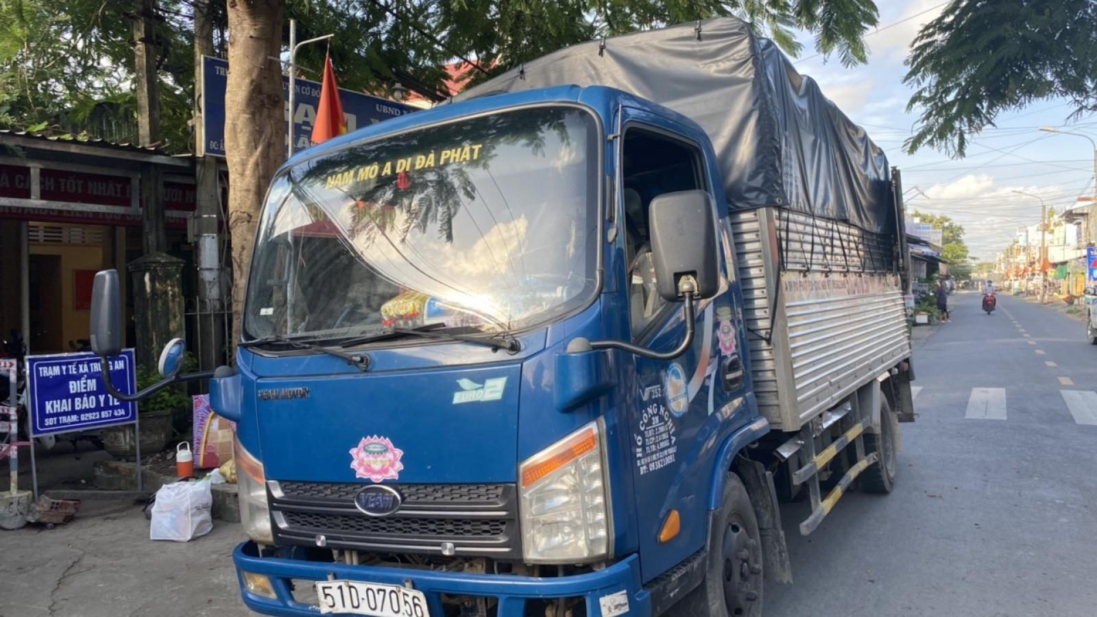 """Xe tải """"luồng xanh"""" chở người từ TP.HCM về Cần Thơ với giá 3,5 triệu đồng"""