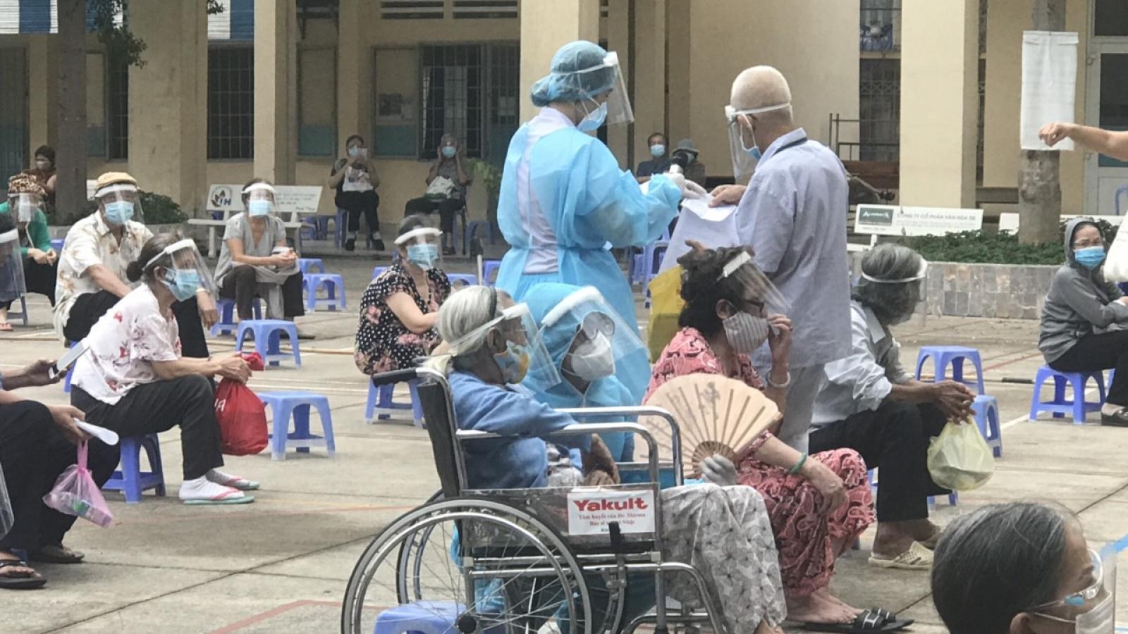 TP.HCM tổ chức tiêm vaccine cho người cao tuổi