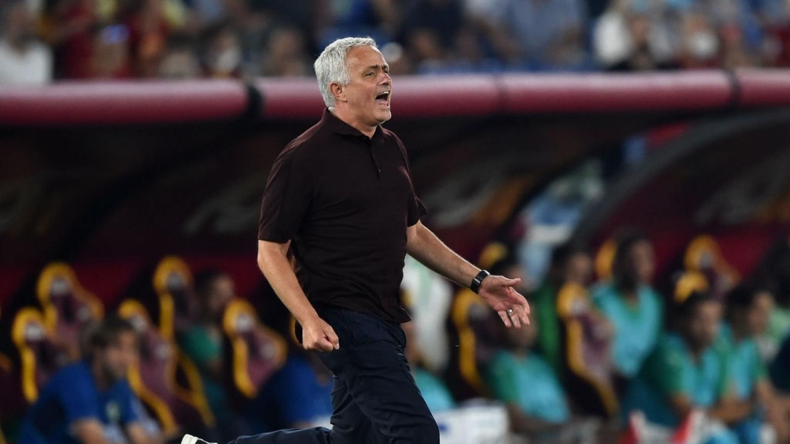 HLV Mourinho ăn mừng cuồng nhiệt trong trận thứ 1000 cầm quân
