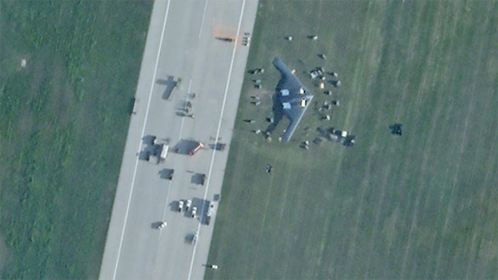 Oanh tạc cơ B2 của Mỹ hư hỏng nghiêm trọng sau cú hạ cánh khẩn cấp lệch đường băng