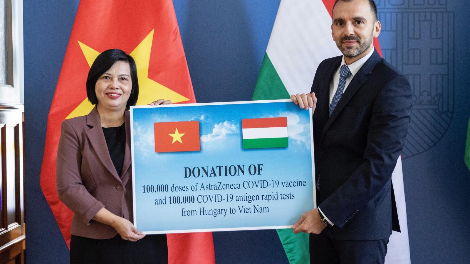 Hungary trao tặng vaccine và vật tư y tế hỗ trợ Việt Nam chống đại dịch Covid-19