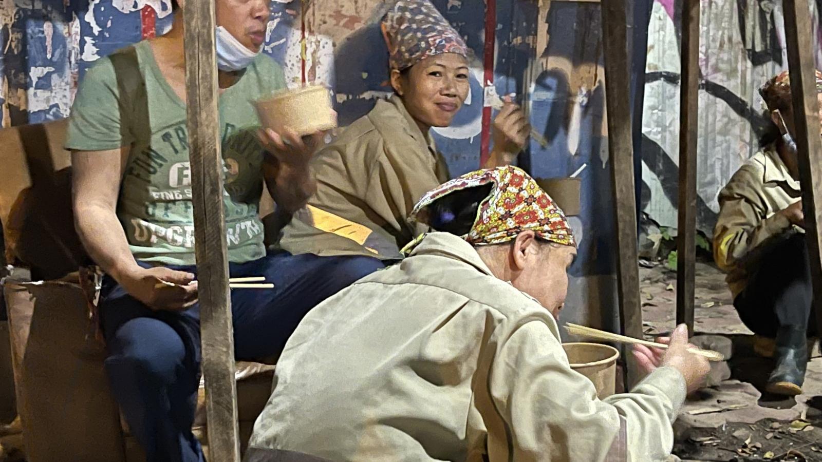 """""""Phở yêu thương"""" phục vụ công nhân môi trường Hà Nội lúc nửa đêm"""
