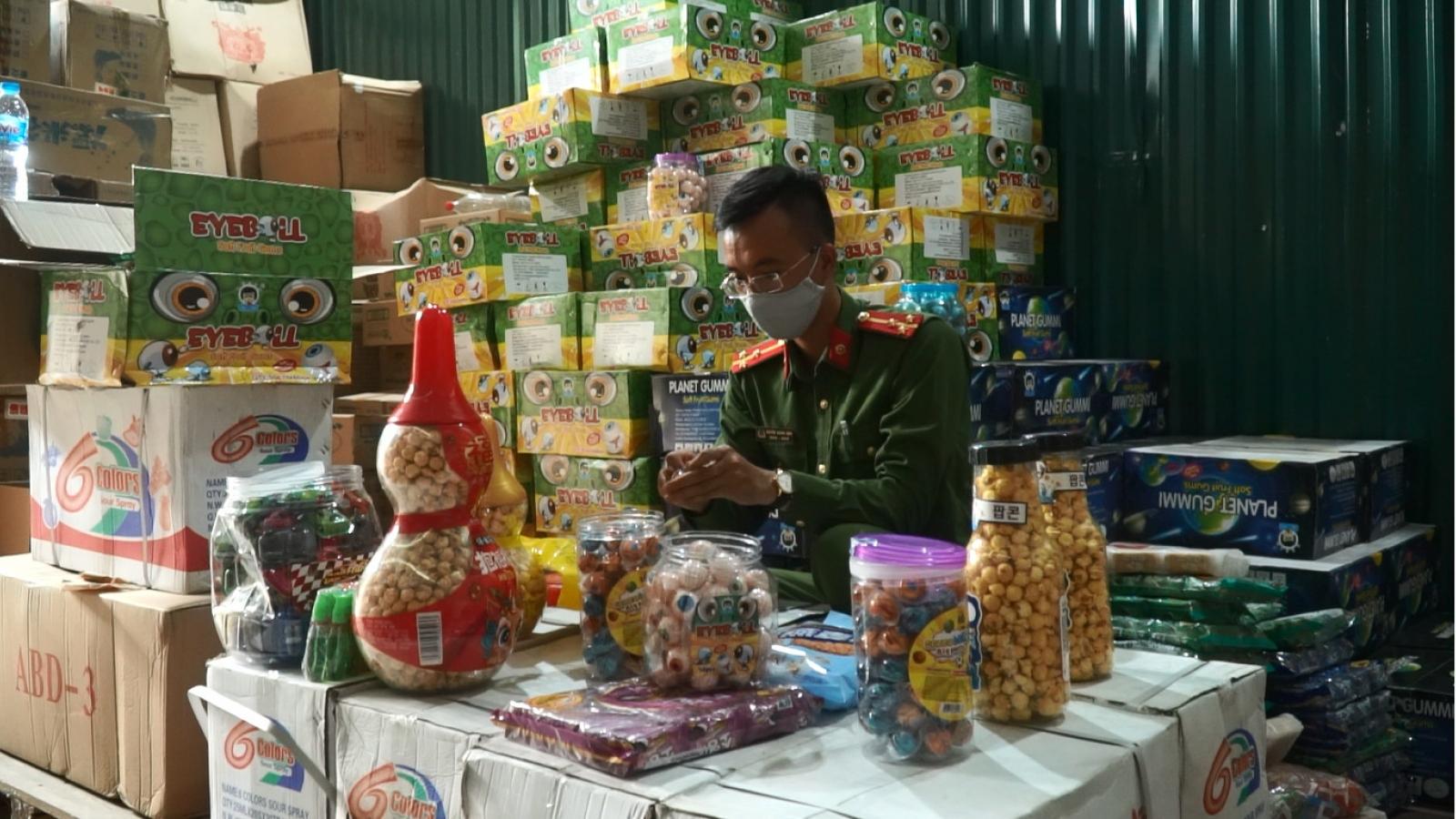 Hà Nội liên tục phát hiện các kho hàng với hàng nghìn sản phẩm bánh kẹo không rõ nguồn gốc