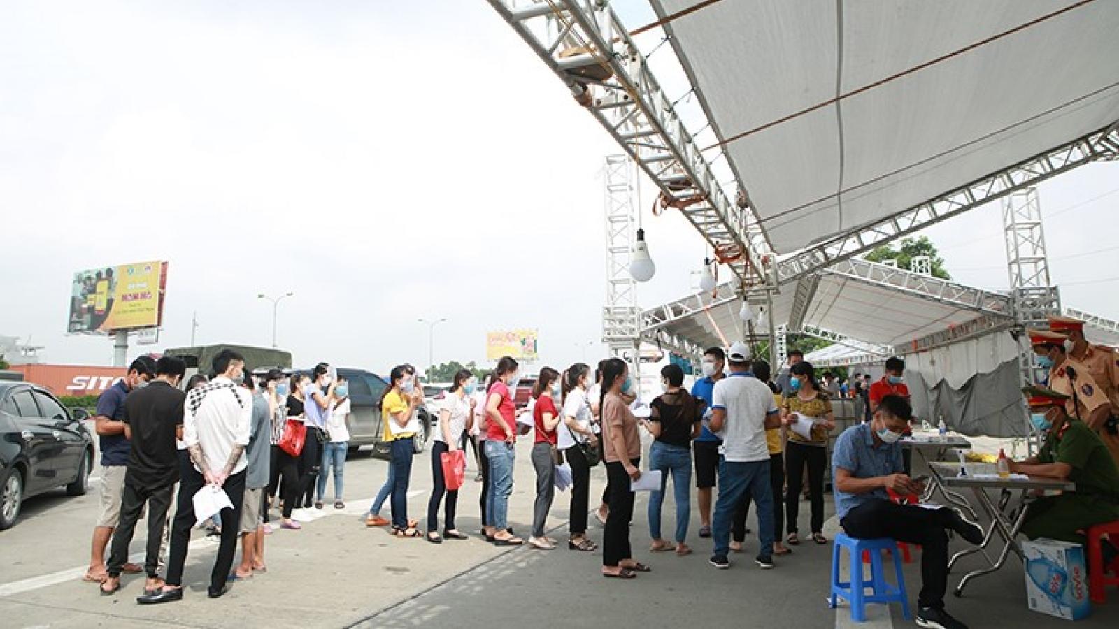 Nhiều người dân ra vào Hà Nội, chốt kiểm soát Pháp Vân - Cầu Giẽ ùn ứ