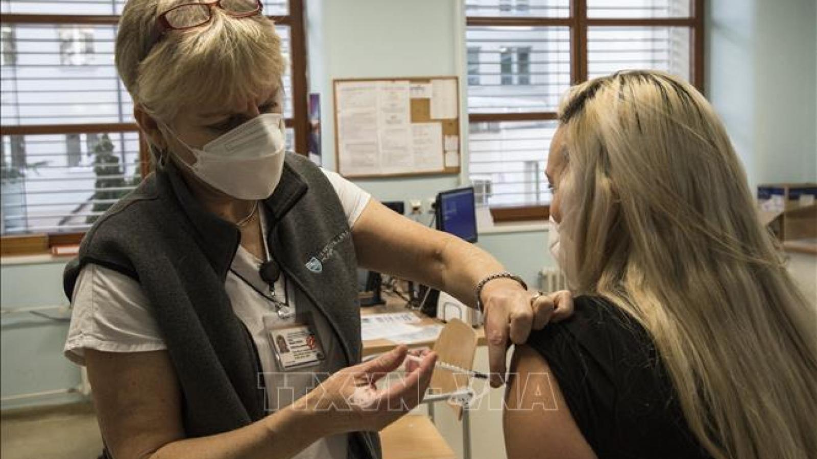 Chính phủ Séc nới lỏng hạn chế và thúc đẩy tiêm mũi thứ 3 ngừa Covid-19