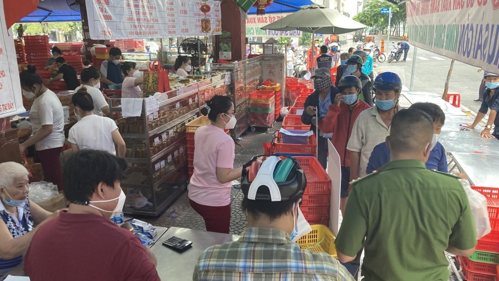 Xếp hàng dài mua bánh trung thu truyền thống ở TP.HCM