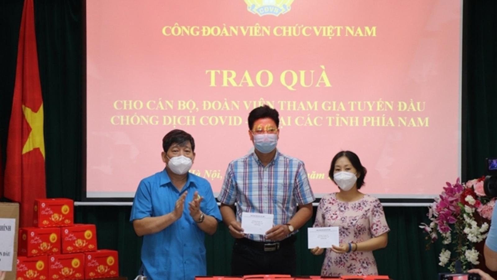 Công đoàn Viên chức Việt Nam trao quà cho lực lượng tham gia tuyến đầu chống dịch