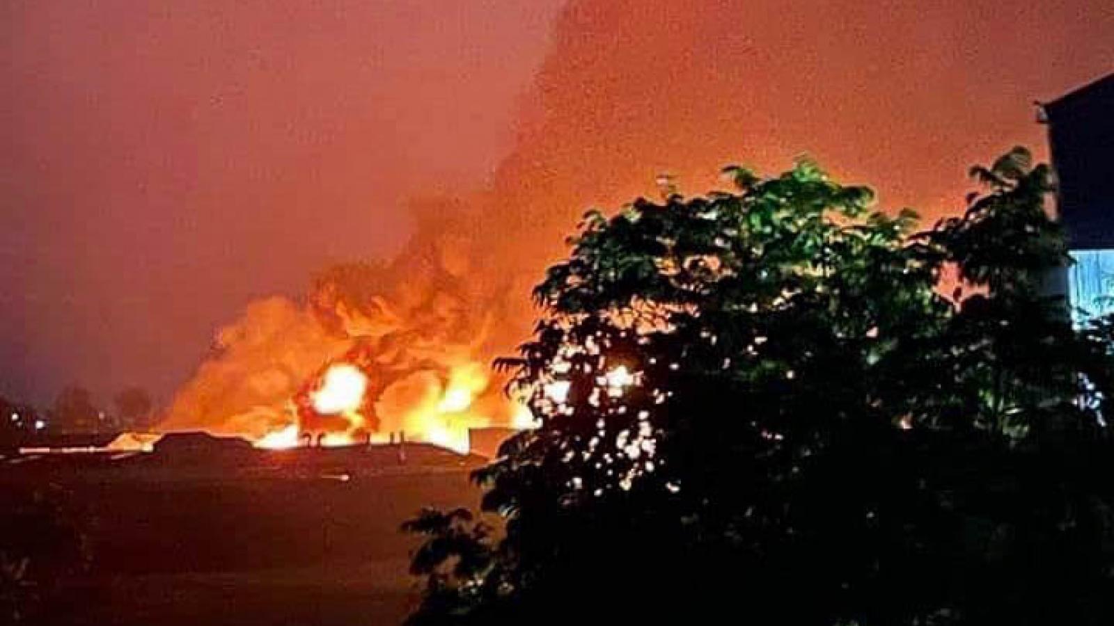 Khói lửa bốc cháy ngùn ngụt tại nhà máy sản xuất cồn ở Hà Nội