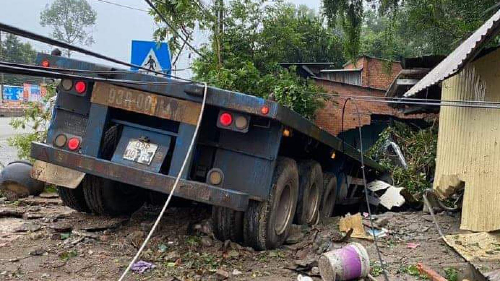 Xe container mất lái đâm sập nhà dân ở Bình Dương
