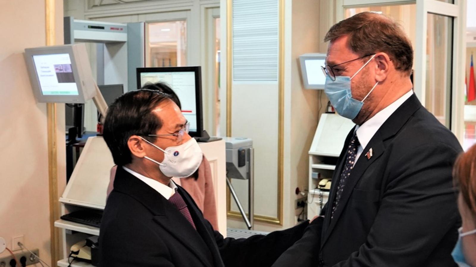 Nga hỗ trợ Việt Nam chuyển giao công nghệ sản xuất vaccine Sputnik V