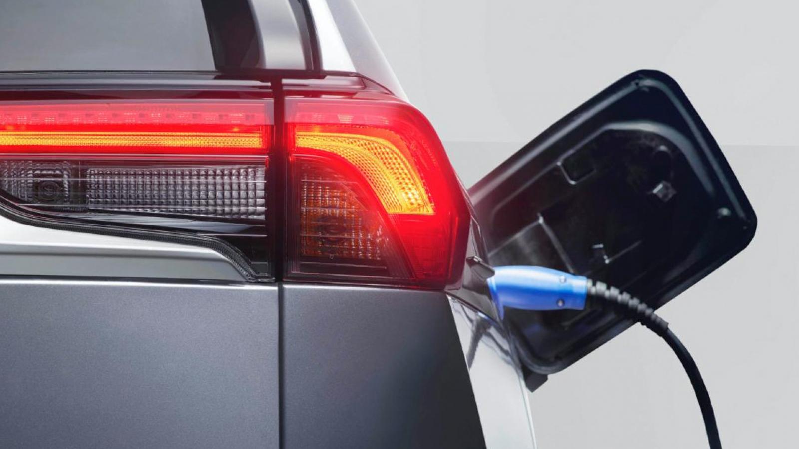 Các nhà sản xuất ô tô đang mất hàng tỷ USD để giải quyết các vấn đề về xe điện của họ