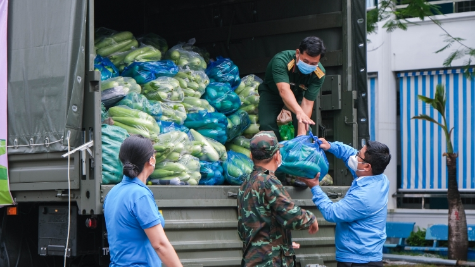 """""""Chuyến xe yêu thương"""" mang 18 tấn hàng hóa, rau củ đến với TP.HCM và Bình Dương"""