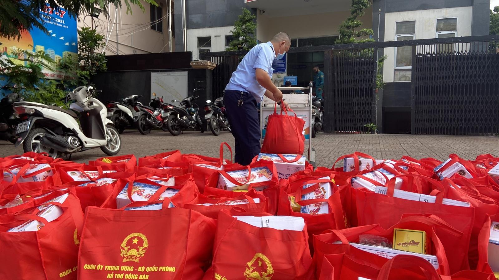 Bộ Quốc phòng trao 100.000 phần quà và 4.000 tấn gạo hỗ trợ người dân TP.HCM