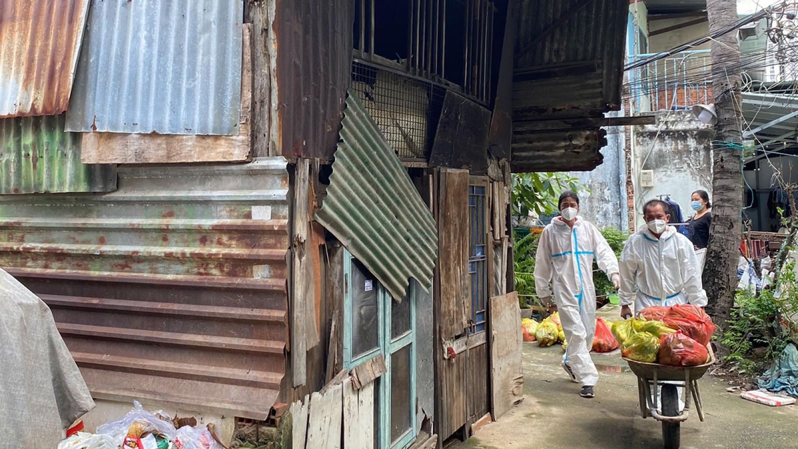 """""""4.000 túi quà an sinh xã hội"""" được trao đến tận nhà người dân khó khăn ở TP.HCM"""
