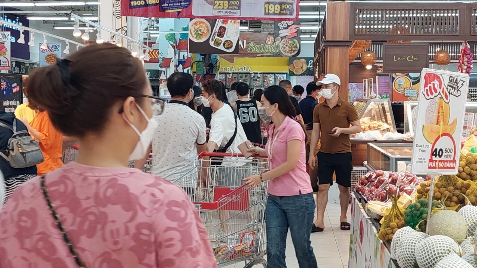 Nhiều siêu thị ở Hà Nội đông đúc trở lại, khó đảm bảo giãn cách phòng chống dịch