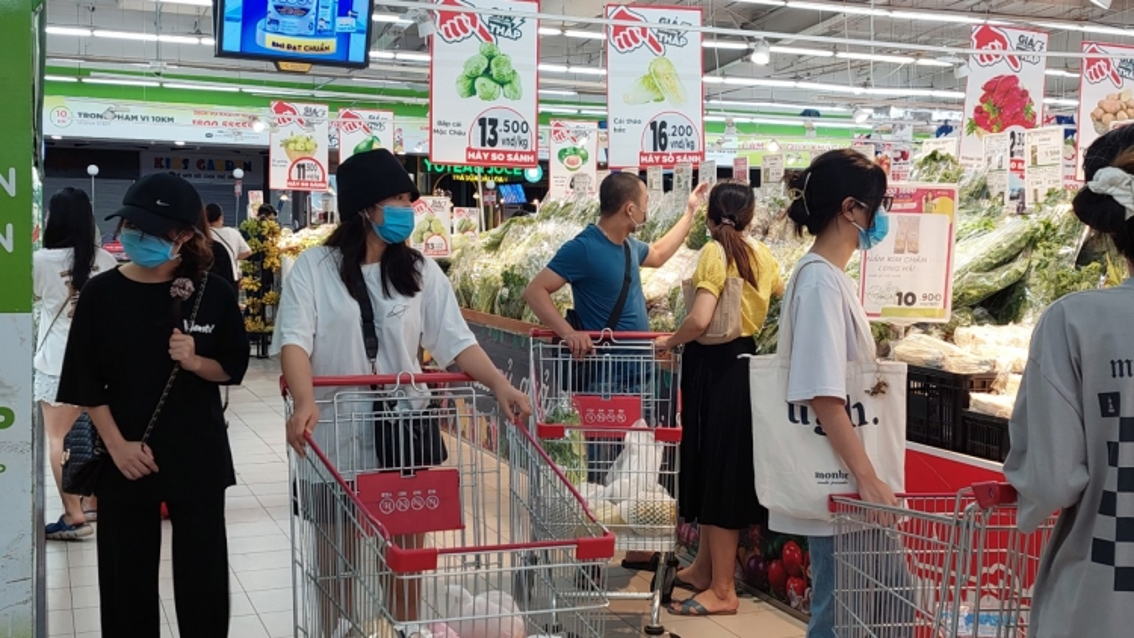 Nhiều người Hà Nội chen chân đi siêu thị sau khi nới lỏng giãn cách