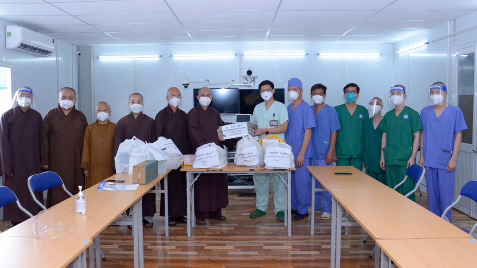 Đại diện Giáo hội Phật giáo Việt Nam thăm bệnh viện dã chiến tại TP.HCM