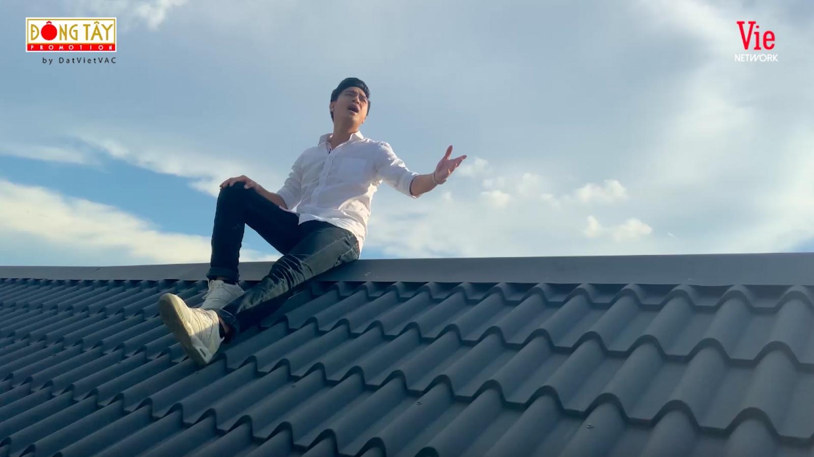 """Thanh Duy """"chịu chơi"""" leo lên nóc nhà để quay MV """"Ca sĩ bí ẩn"""""""