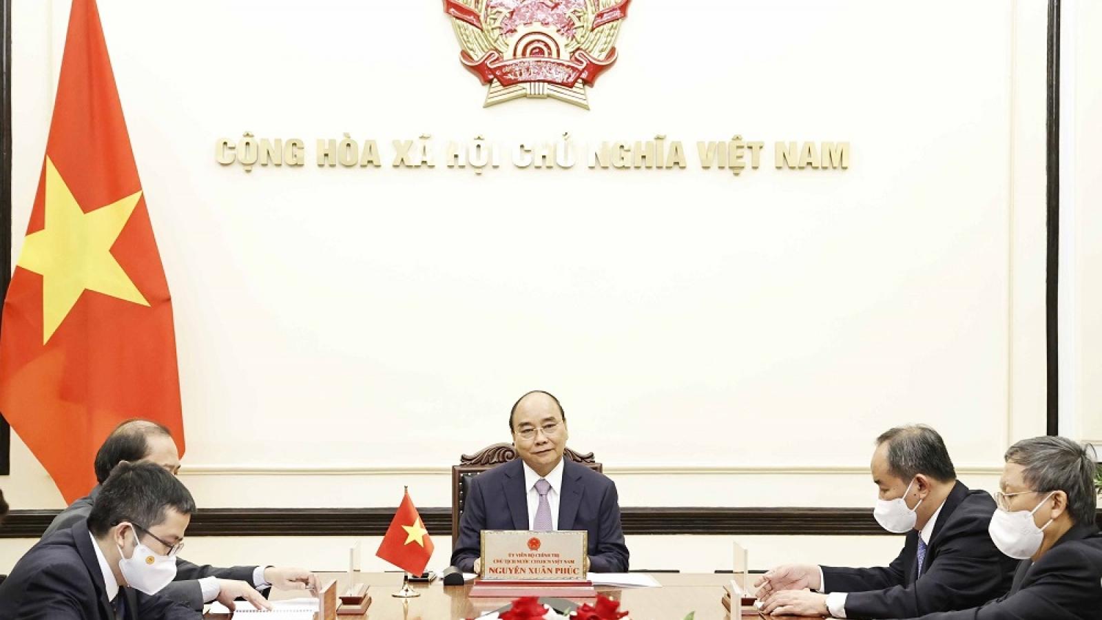 Chủ tịch nước Nguyễn Xuân Phúc điện đàm với Thủ tướng Nhật Bản