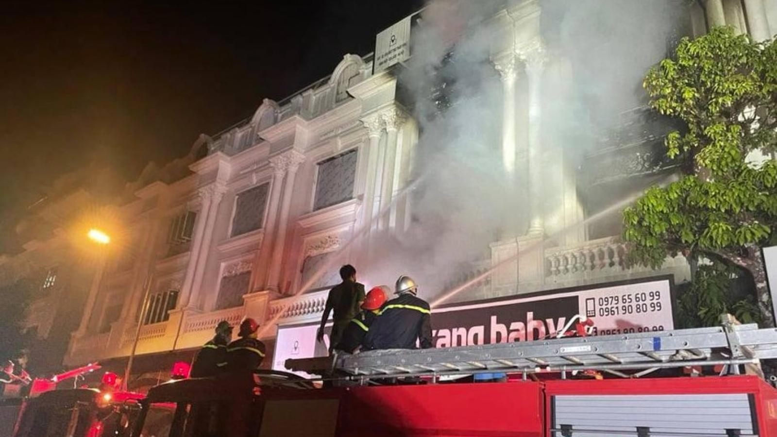 Cháy lớn lan ra 4 căn hộ liền kề tại khu biệt thự Ninh Hiệp, Hà Nội