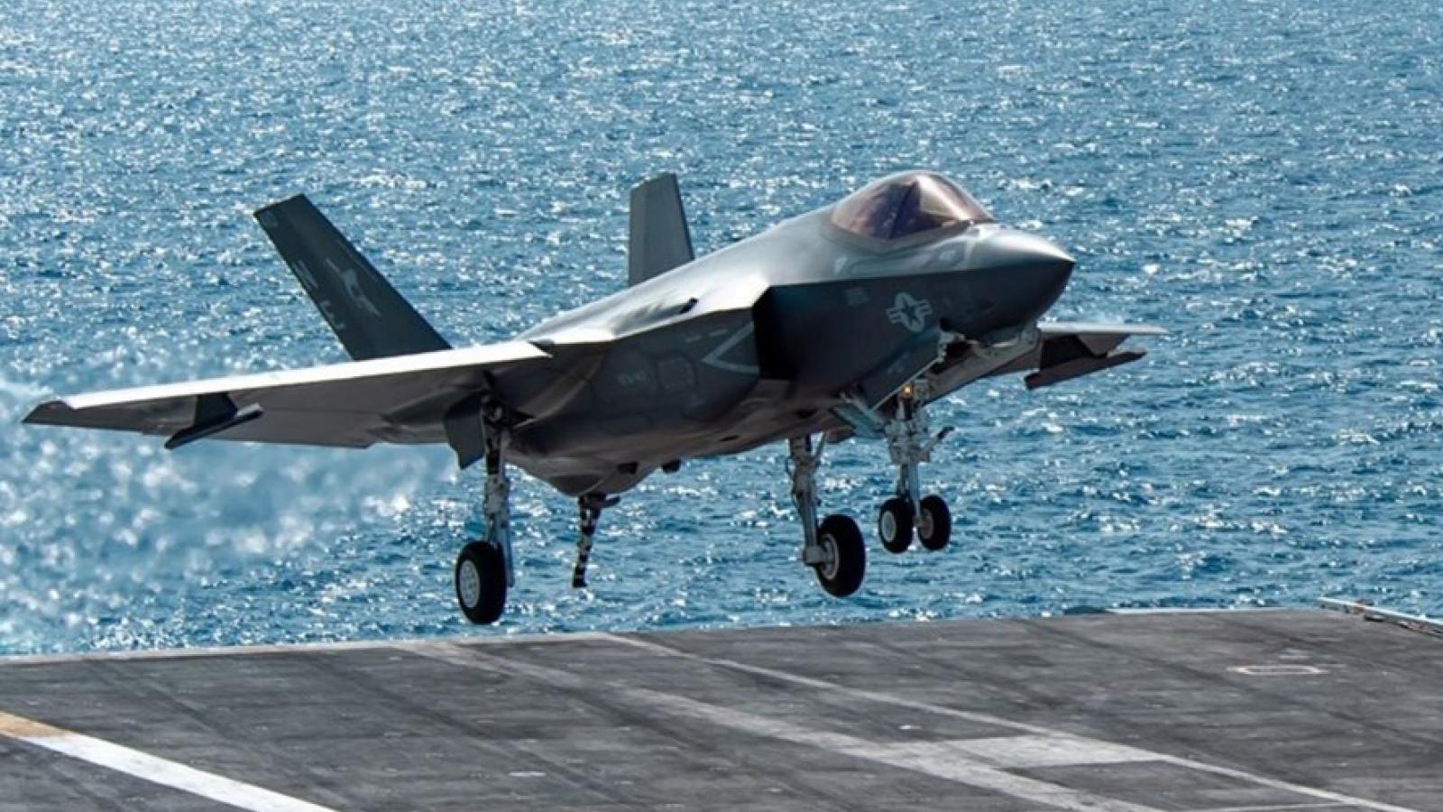 Cận cảnh hoạt động của tiêm kích tàng hình F-35C đầu tiên trên tàu sân bay Mỹ