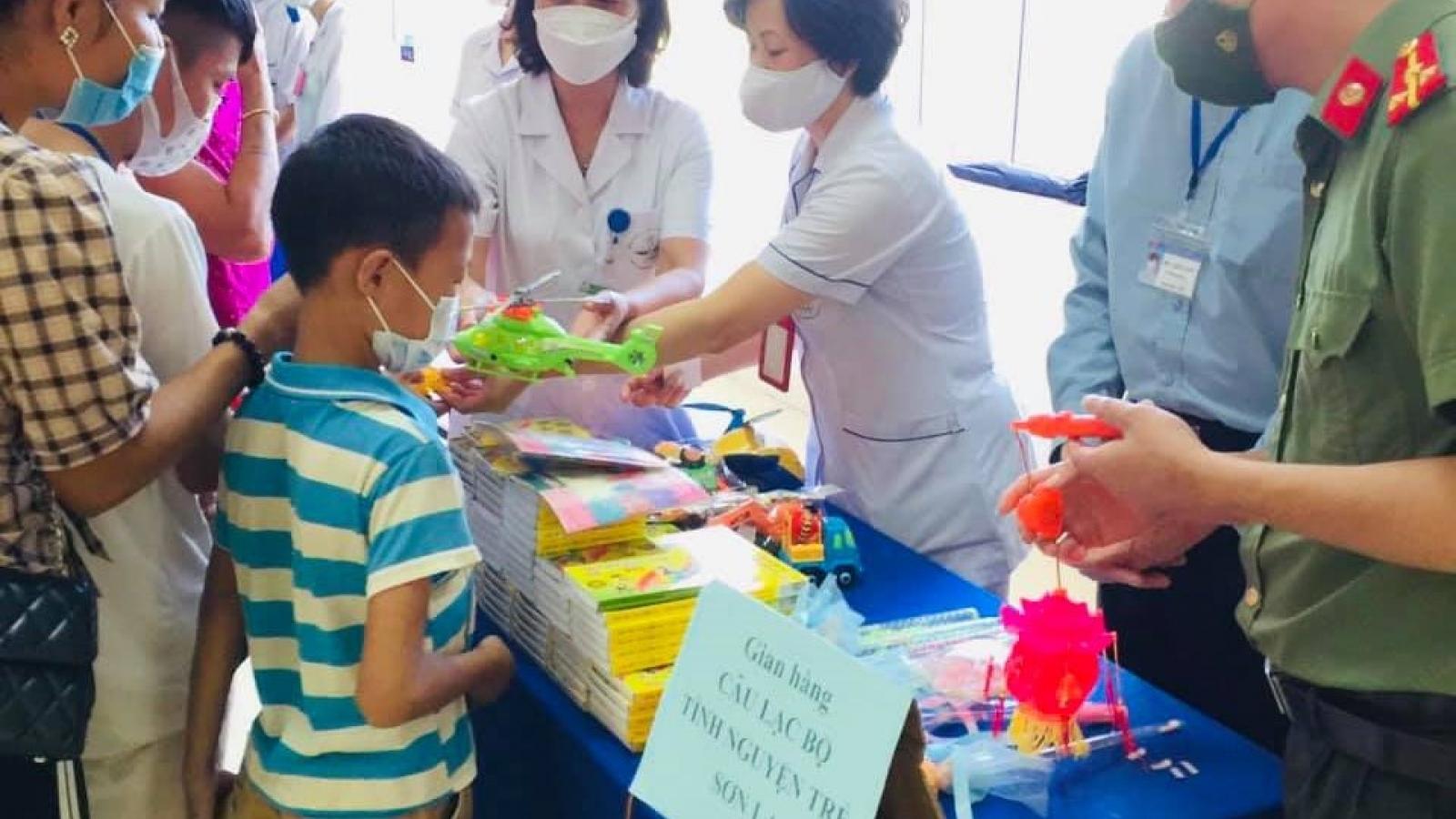 Gần 100 bệnh nhi ở Sơn La nhận quà Trung thu qua những gian hàng 0 đồng