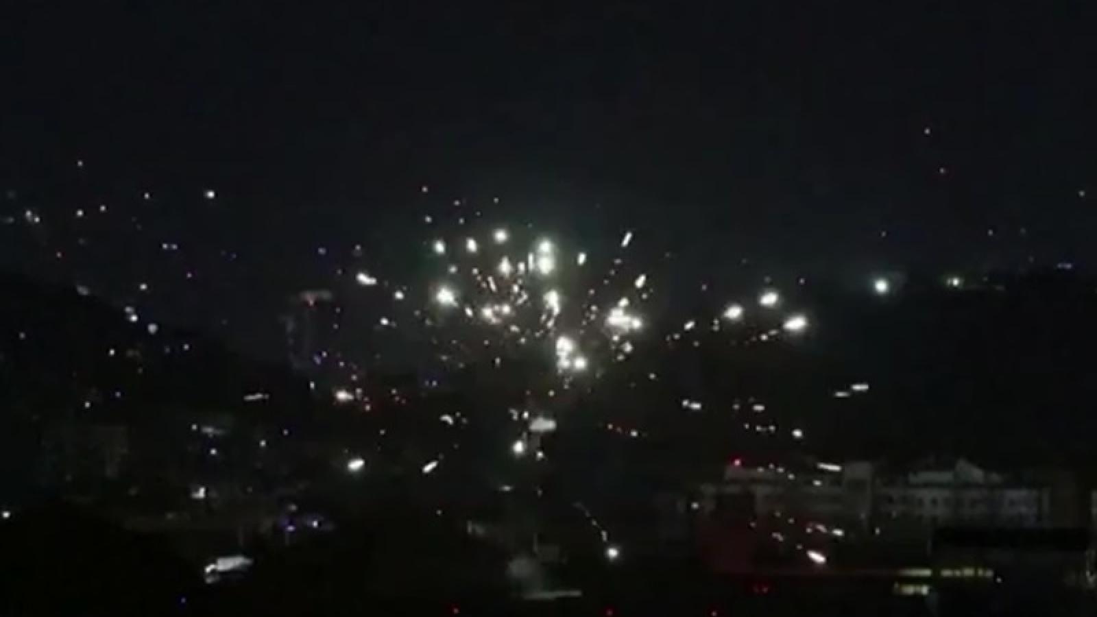 Video: Taliban bắn pháo hoa sáng lung linh trời đêm để ăn mừng chiến thắng