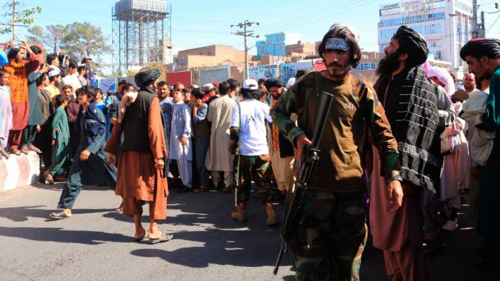 Taliban treo thi thể tội phạm giữa quảng trường, báo hiệu sự quay lại của luật lệ hà khắc