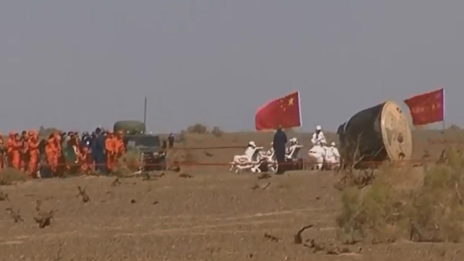 Khoảnh khắc phi hành đoàn Thần Châu-12 (Trung Quốc) trở về Trái Đất an toàn