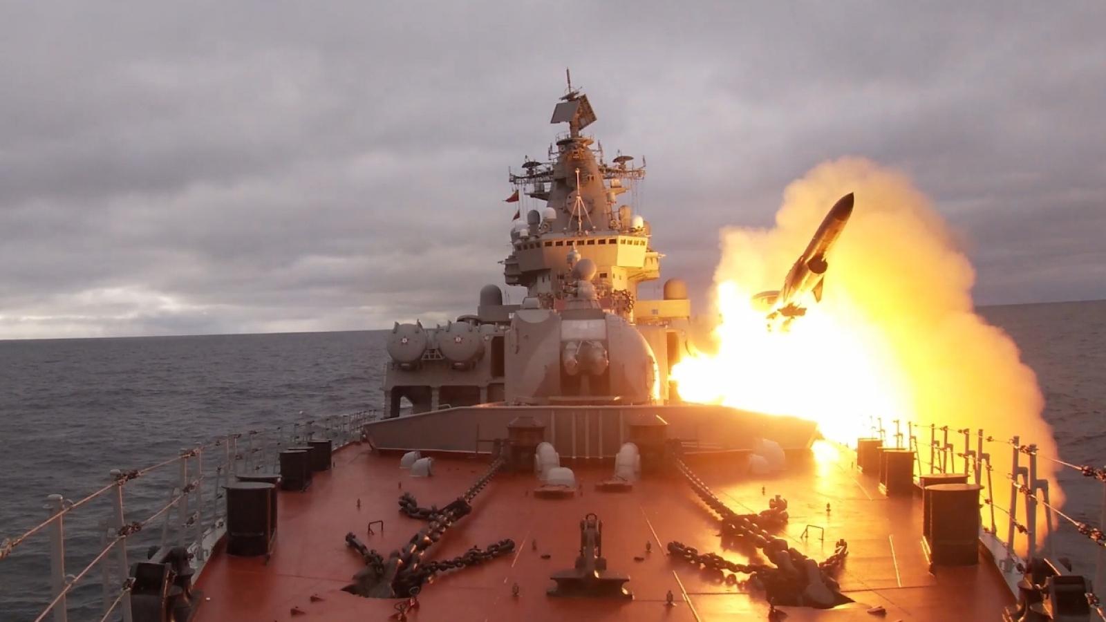 Tuần dương hạm Marshal Ustinov phóng tên lửa tiêu diệt mục tiêu trên biển Barents