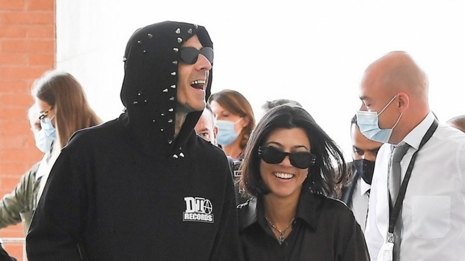 Chị gái Kim Kardashian và tình trẻ phối đồ đồng điệu đi chơi ở Ý