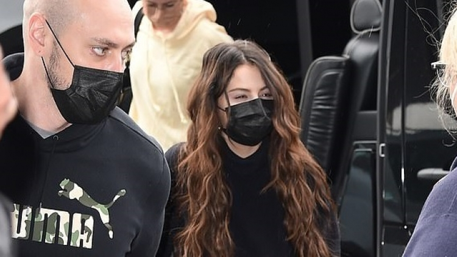 Selena Gomez lộ vẻ mệt mỏi xuất hiện tại sân bay JFK