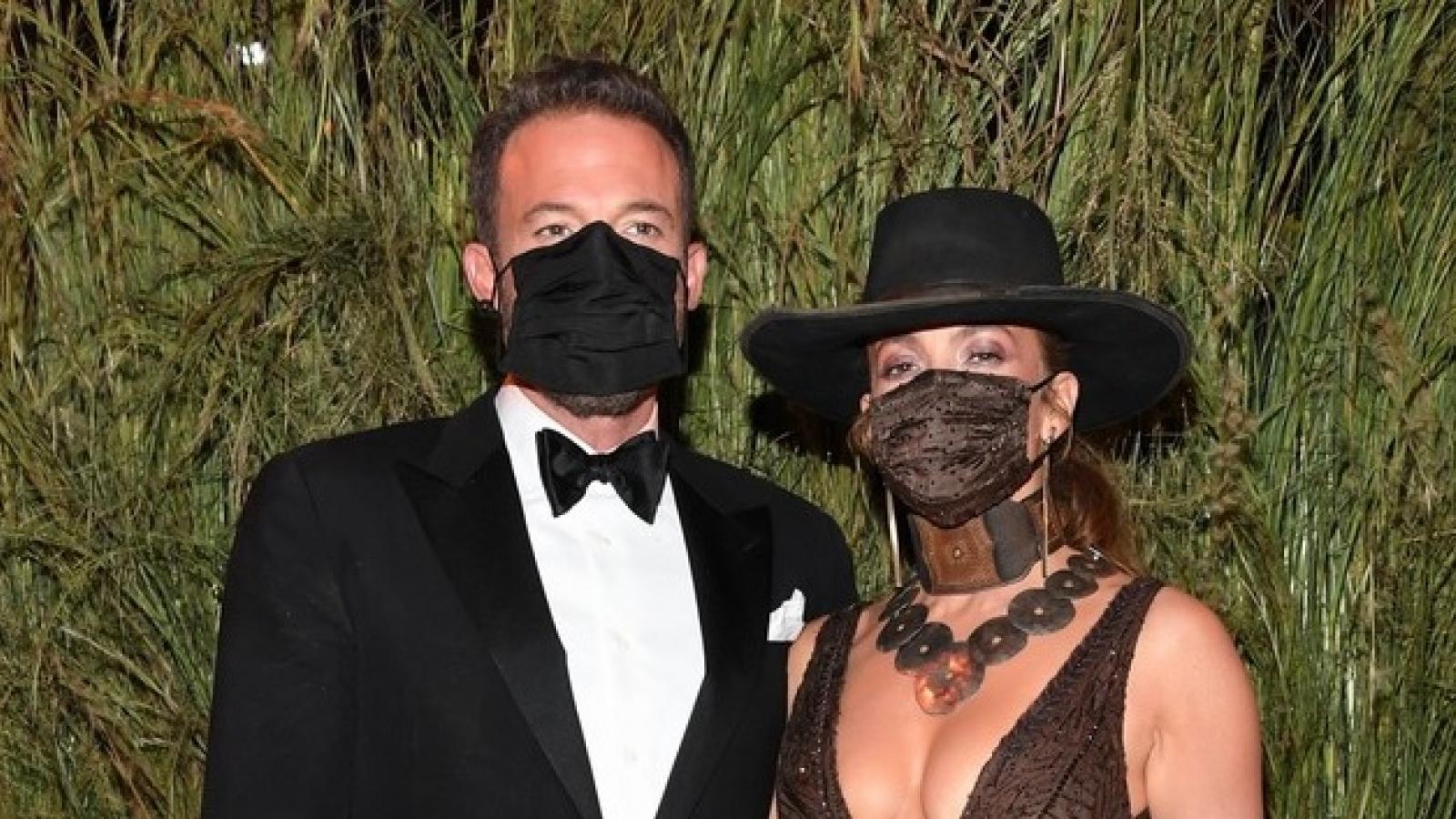 """Jennifer Lopez hóa nữ cao bồi quyến rũ, tình tứ """"khóa môi"""" bạn trai tại Met Gala 2021"""