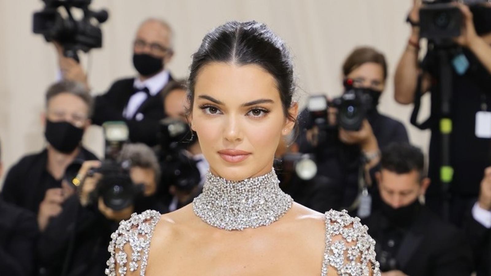 Kendall Jenner đẹp tựa nàng thơ với đầm đính đá gợi cảm