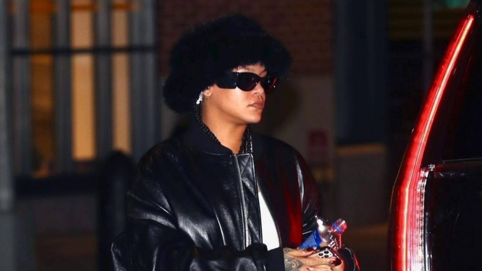 Tỷ phú Rihanna đội mũ lông ấn tượng đi chơi đêm