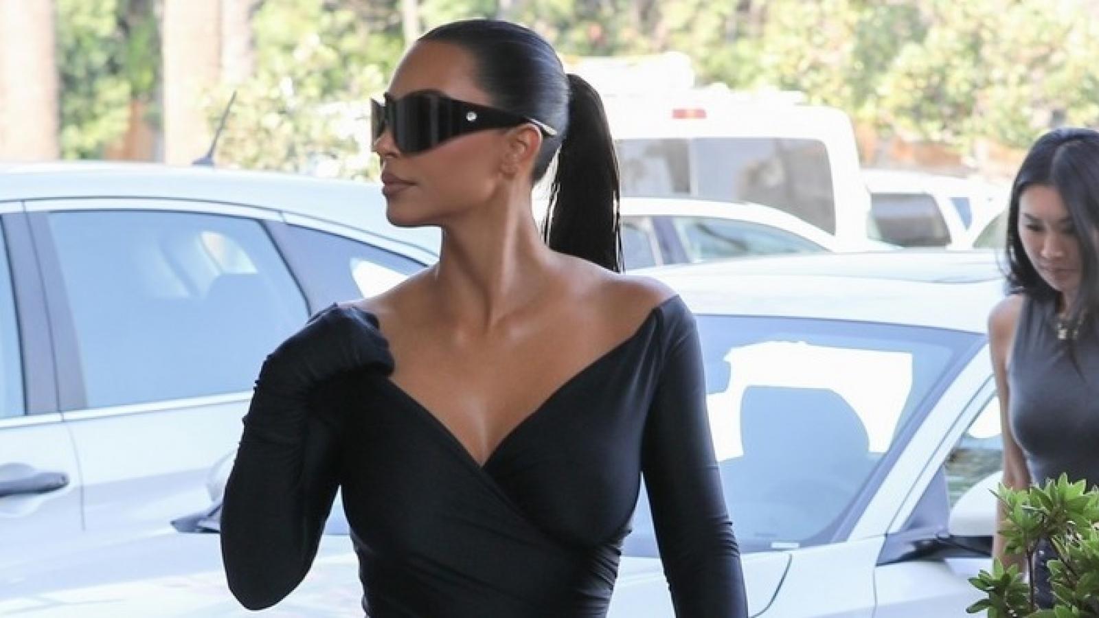 Kim Kardashian diện đồ bó, khoe vai trần quyến rũ trên phố