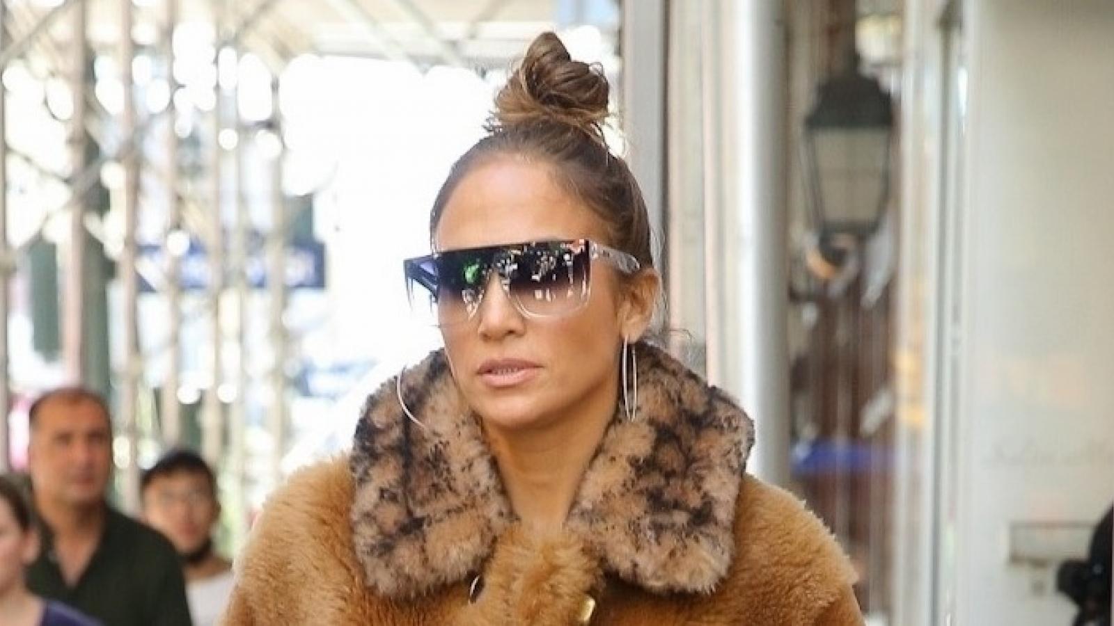 Jennifer Lopez diện áo lông thú hàng hiệu ra phố