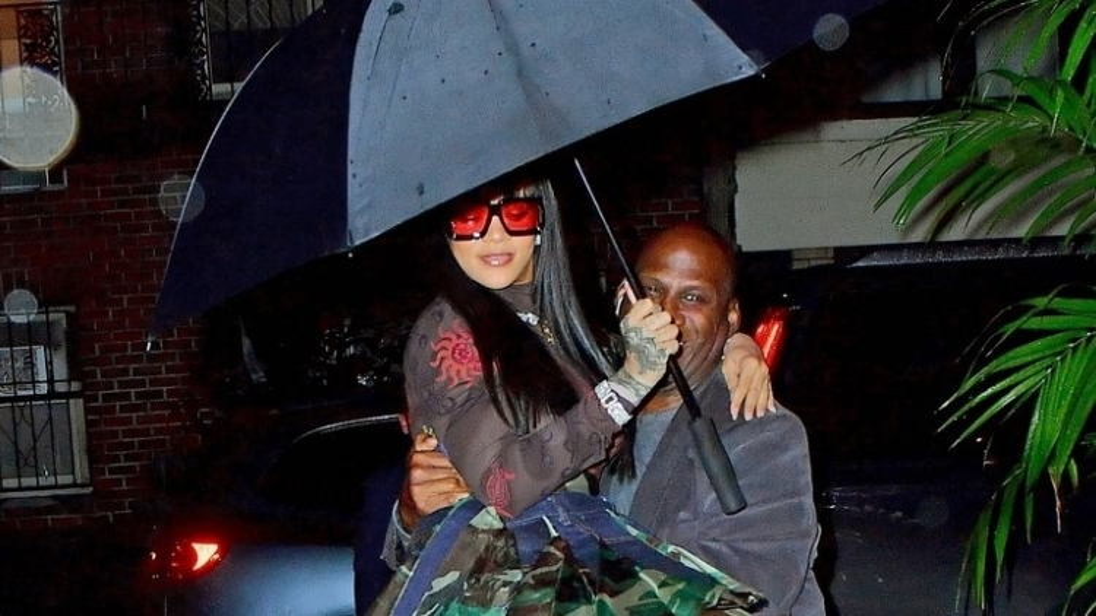 Tỷ phú Rihanna được vệ sĩ hộ tống dự sự kiện dưới cơn mưa