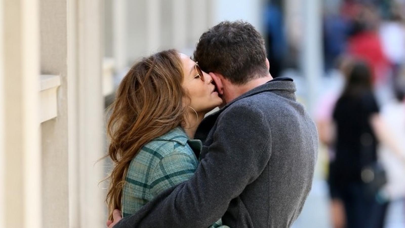 Jennifer Lopez và tình trẻ Ben Affleck ôm hôn ngọt ngào trong công viên