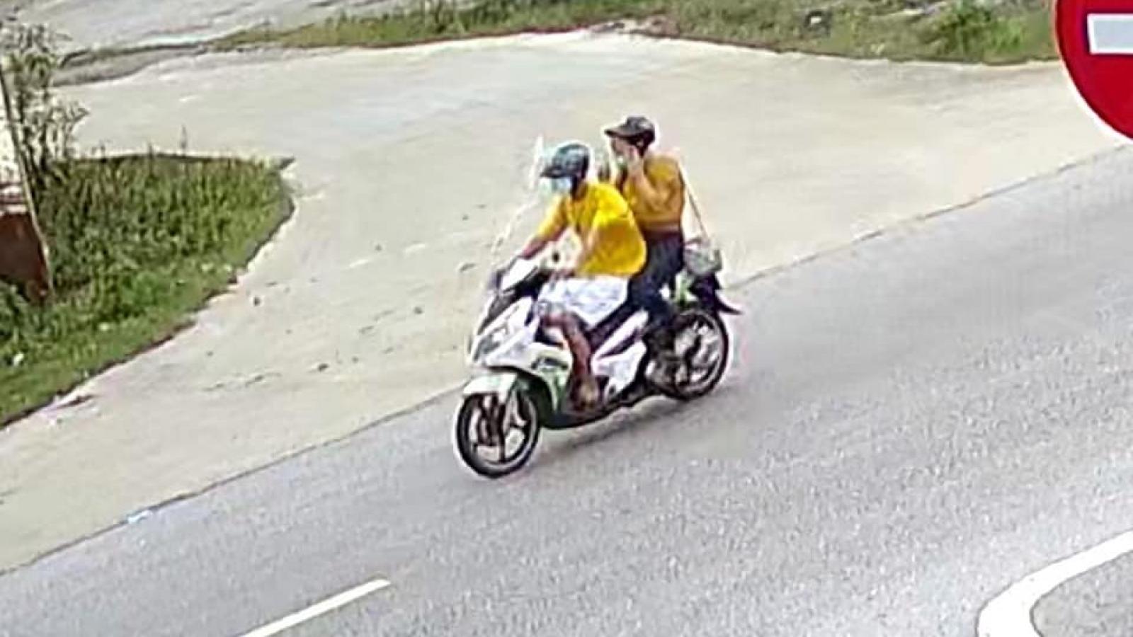 """Đôi nam nữ phóng xe máy""""thông chốt"""" bị phạt 10 triệu đồng"""