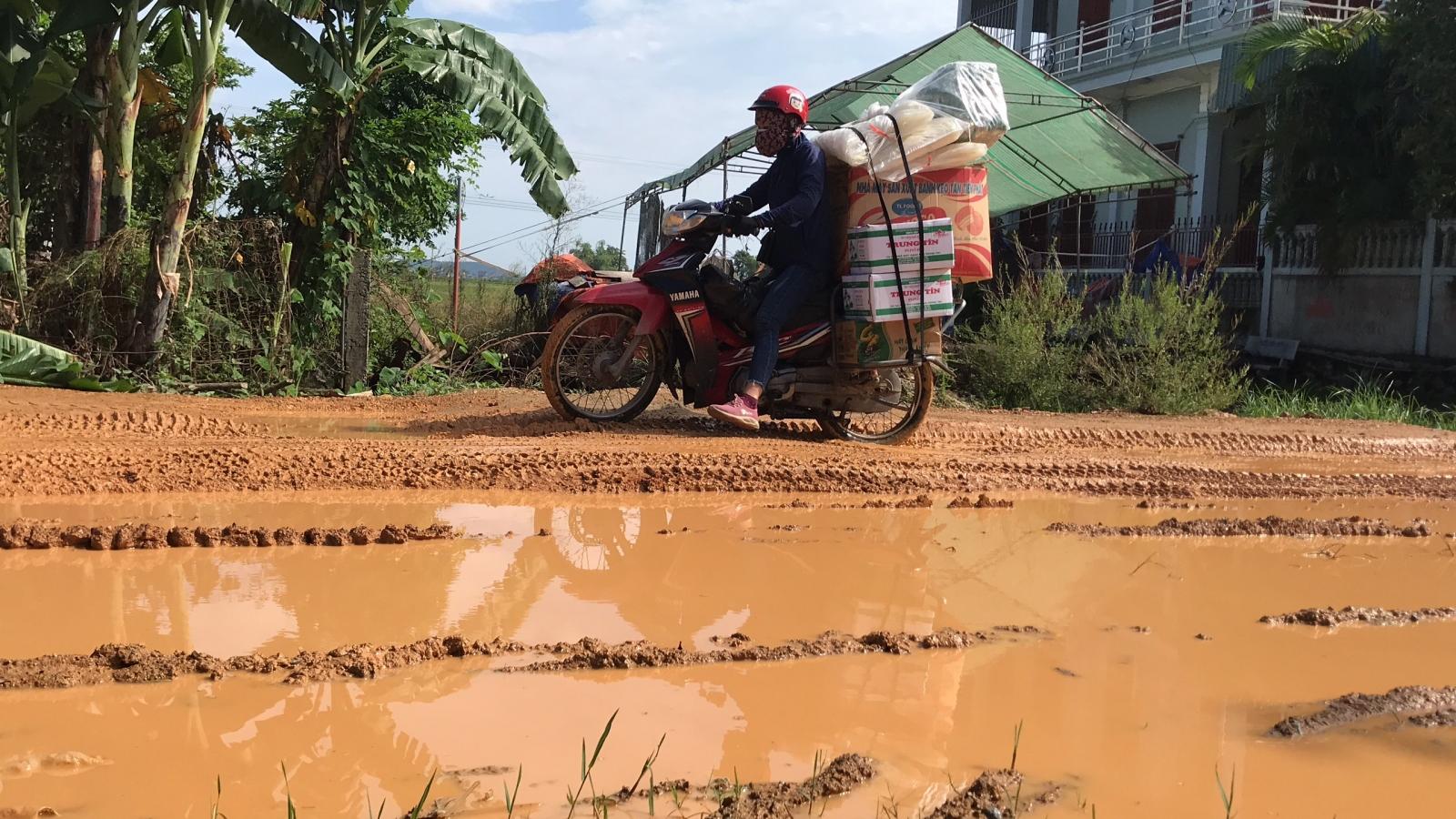 Dân khốn khổ vì đường cứu nạn, bùn đất lầy lội như lội ruộng