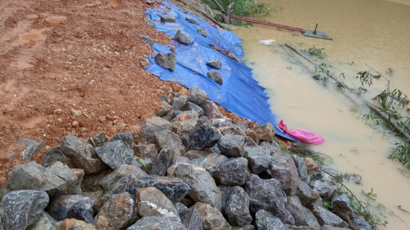Hàng trăm người khắc phục sự cố vỡ đập nước trong đêm