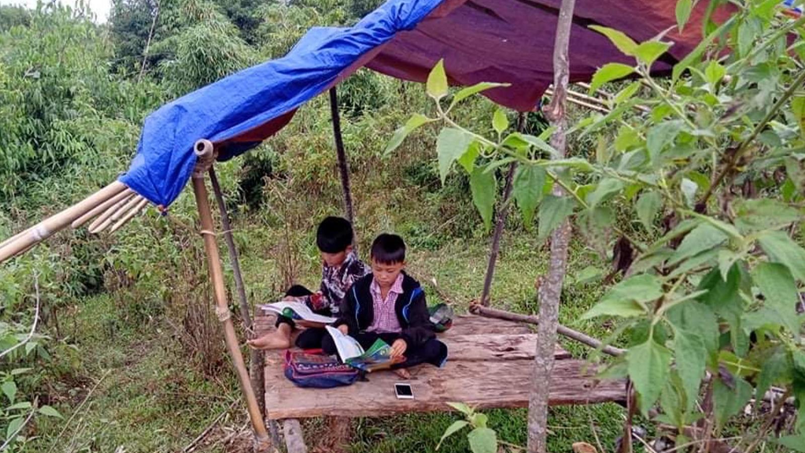 """Học trò xứ Nghệ lên núi dựng chòi """"tìm sóng"""" học trực tuyến"""