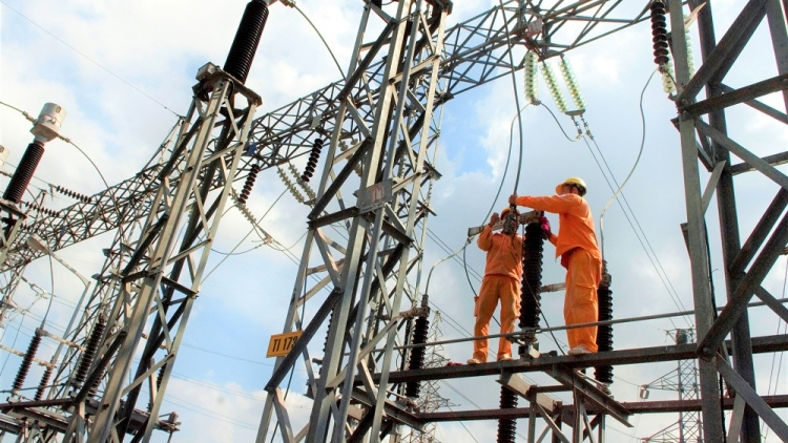 Nhiều DN phía Nam tạm ngưng hoạt động, sản lượng tiêu thụ điện giảm mạnh