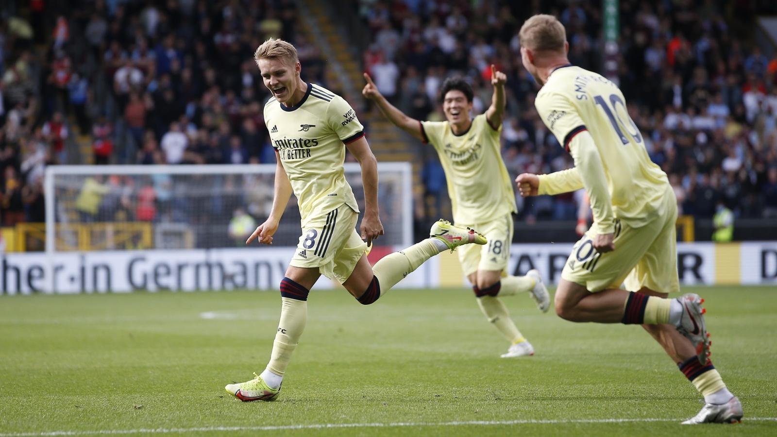 Odegaard lập siêu phẩm đá phạt, Arsenal tiếp đà hồi sinh