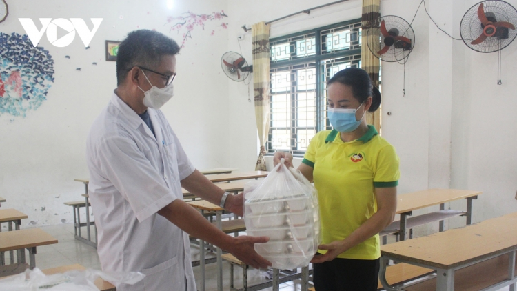 Women of Hanoi offer free meals for frontline workers during COVID-19 fight