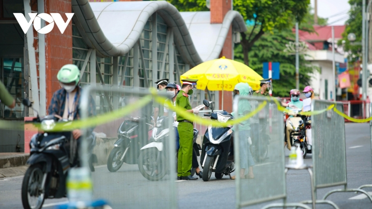 Hanoi erects checkpoints to control spread of COVID-19