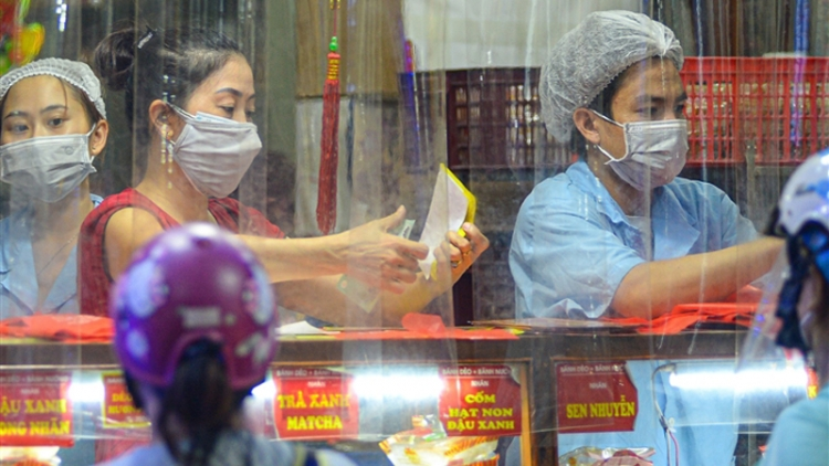 Locals rush to buy mooncakes as major cities ease COVID-19 restrictions
