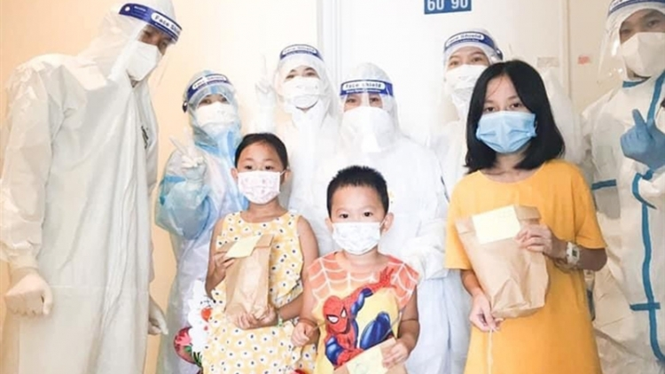Child COVID-19 cases in HCM City receive Mid-Autumn Festival gifts