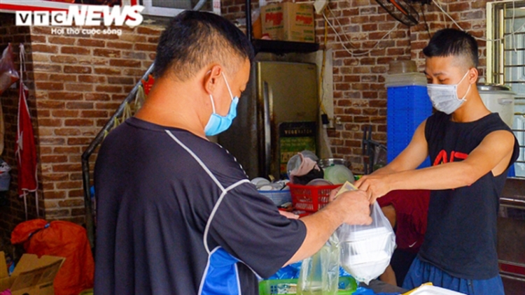 Hanoi eateries in green areas allowed to run take-away services